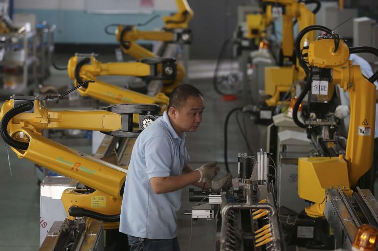 Des robots dans une usine de Jiaxing, dans l'est de la Chine