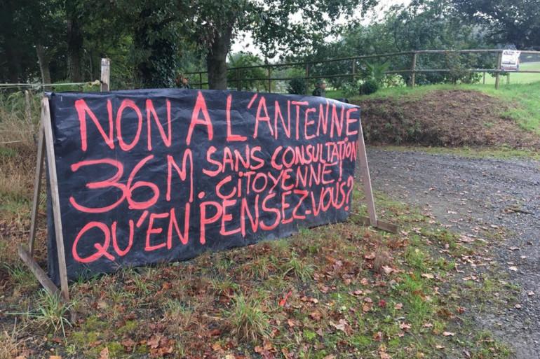 Une banderole anti-5G, dans le village de Boqueho