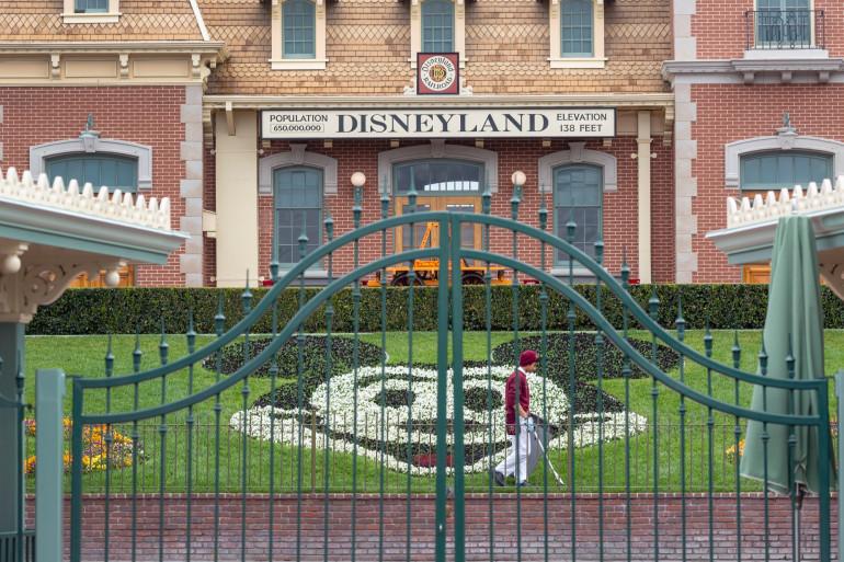 Les portes fermées du parc Disneyland le premier jour de la fermeture des parcs à thème Disneyland et Disney California Adventure le 14 mars 2020 aux États-Unis.