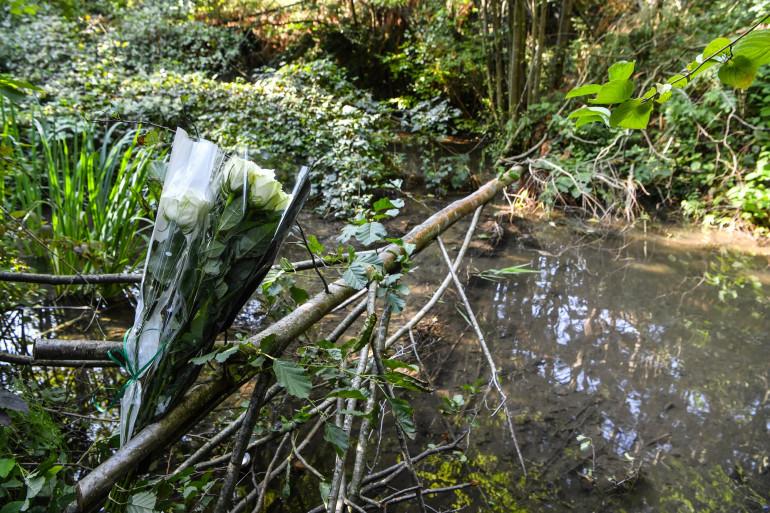 Des fleurs déposées près du lieu où Victorine Dartois a été retrouvée morte, lundi 28 septembre.