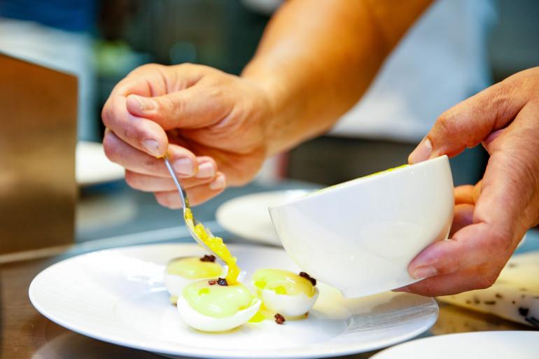 Préparation d'oeufs mayonnaise pour un concours en juin 2018 (illustration)
