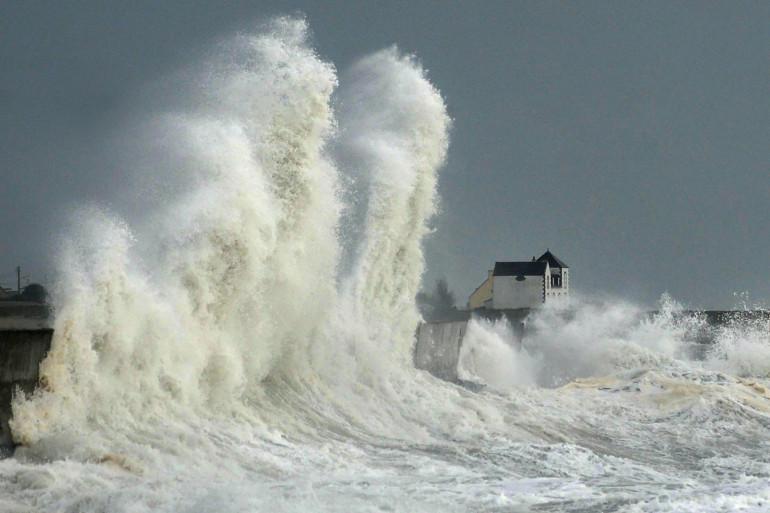 Le vent provoque de fortes vagues à Lesconil dans le Finistère