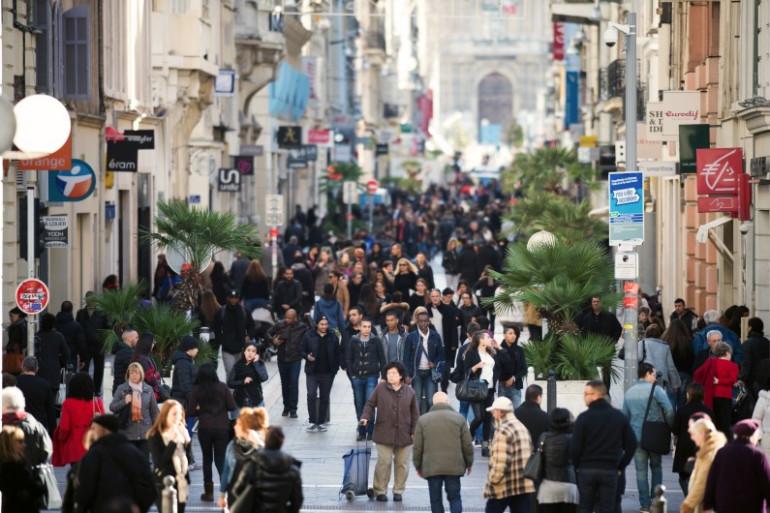 Des passants dans une rue commerçante de Marseille (Illustration)