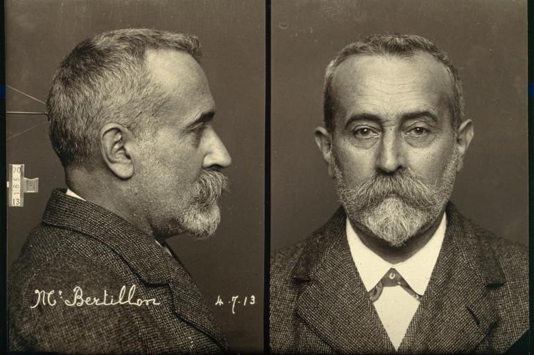 Portraits de Bertillon, de profil et de face, à la manière des photographies d'identification judiciaire, 1900.