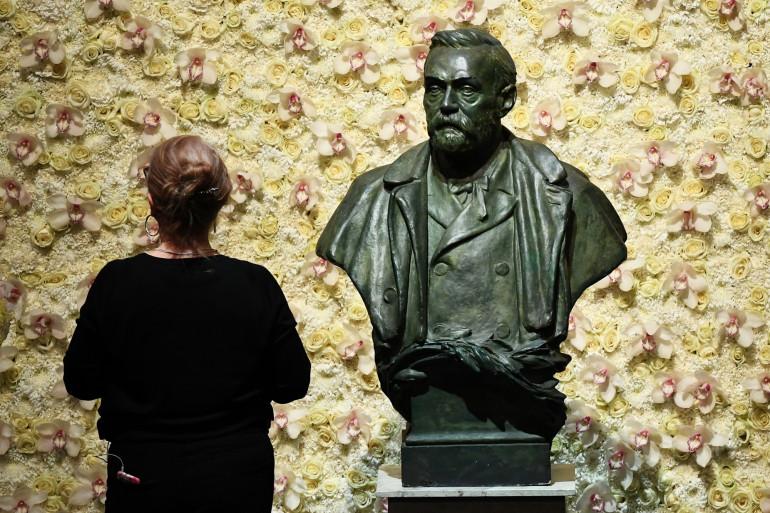 Le buste du fondateur du prix Nobel, Alfred Nobel, avant la cérémonie des prix Nobel à la salle de concert de Stockholm, en Suède.