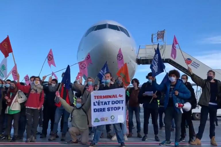 Des militants écologistes se sont introduits sur le tarmac de l'aéroport de Roissy ce samedi 3 octobre.
