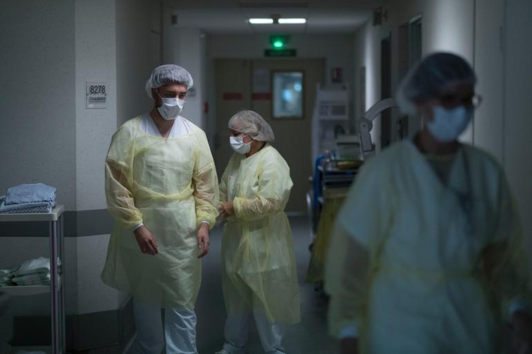 Le personnel soignant d'un hôpital, pendant la crise sanitaire, le 24 avril 2020.