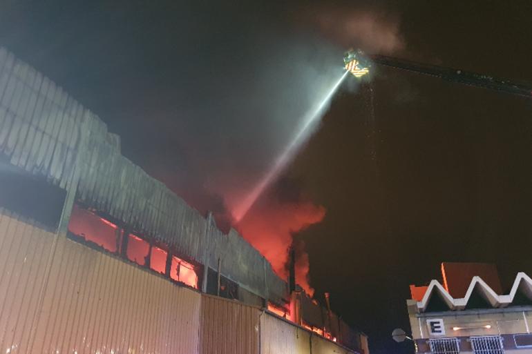 100 marins pompiers sont déployés pour un violent feu d'entrepôt dans la rue St-Pierre dans le 5e arrondissement de Marseille.