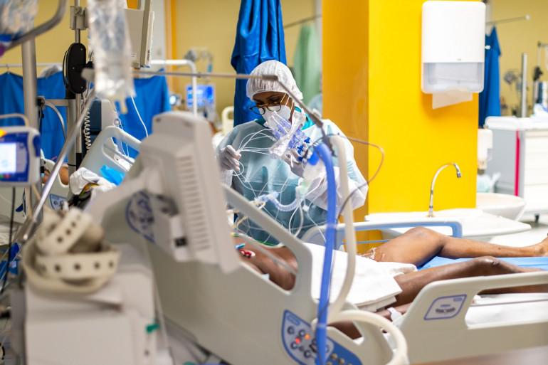Une infirmière dans l'unité de soins intensifs auprès d'un patient atteint du Covid-19 au CHU de Pointe-a-Pitre, en Guadeloupe, le 24 septembre 2020.