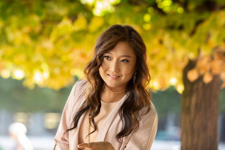 """Ashley Park incarne Mindy Chen, la """"meilleure amie"""" d'Emily, qui chante """"La Vie en rose"""""""