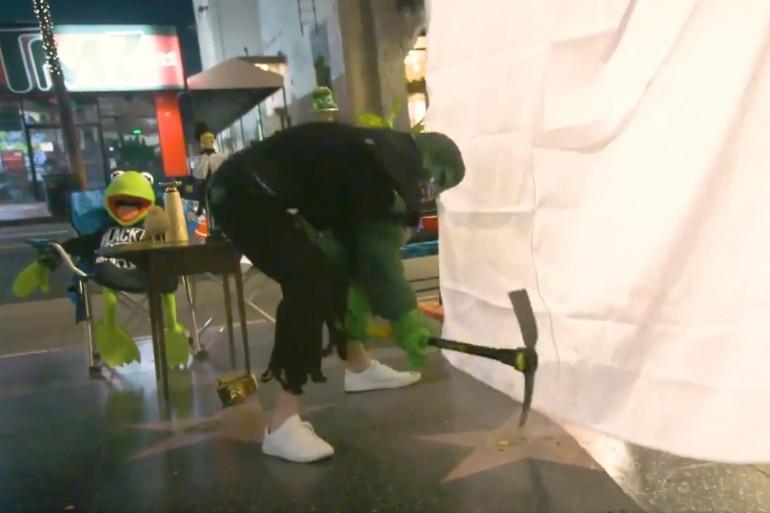 Il détruit l'étoile de Donald Trump sur Hollywood Boulevard, déguisé en Hulk