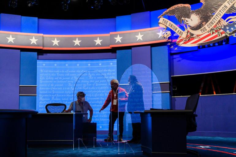 Le dispositif, comprenant des parois de plexiglas, prévu pour le débat des VP, le 7 octobre 2020