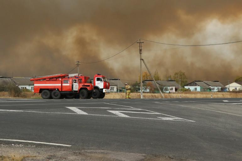 La fumée monte de l'incendie dans un dépôt de munitions dans la région de Riazan le 7 octobre 2020.