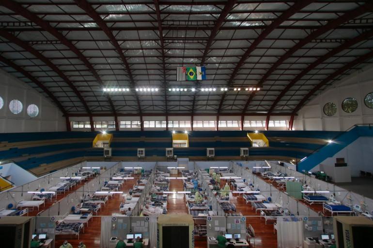 Des patients touchés par le coronavirus traités un hôpital de campagne installé dans une salle de sport, à Santo Andre, dans l'État de Sao Paulo, au Brésil, le 11 mai 2020.