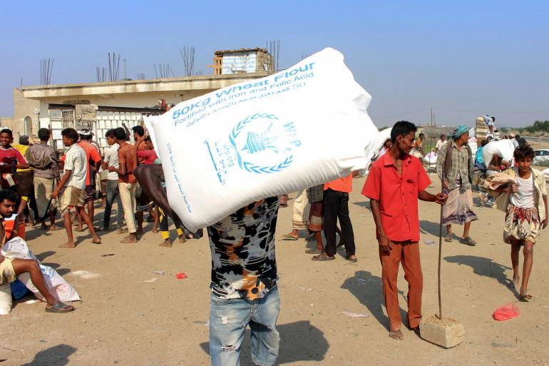 Des déplacés yémenites recevant l'aide du World Food Programme, le 30 décembre 2019