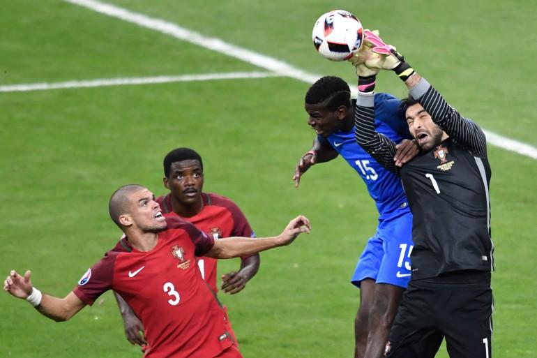 Pogba à la lutte avec Patricio sous les yeux de Pepe et Carvalho le 10 juillet 2016 à Saint-Denis