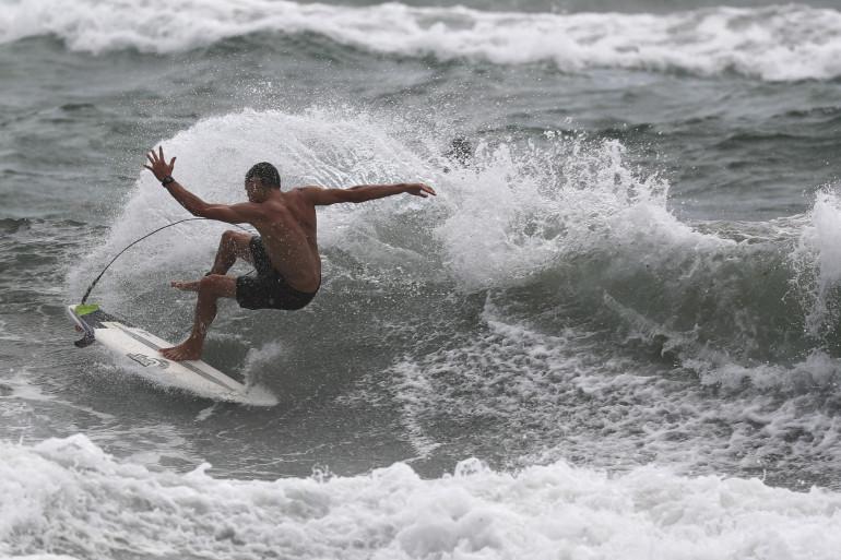 Un surfeur sur une vague (illustration)