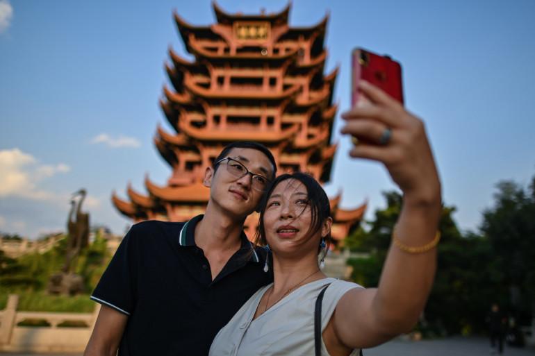Un couple de touristes devant la Tour de la Grue Jaune à Wuhan, le 3 septembre 2020