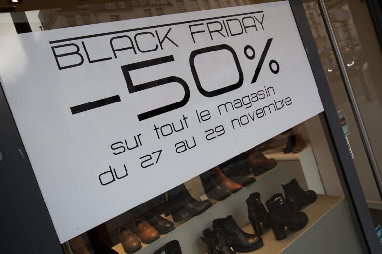 Une boutique parisienne propose des rabais à l'occasion du Black Friday.