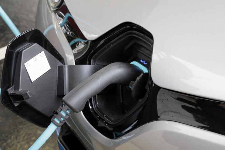 Une voiture électrique en train de recharger (illustration)