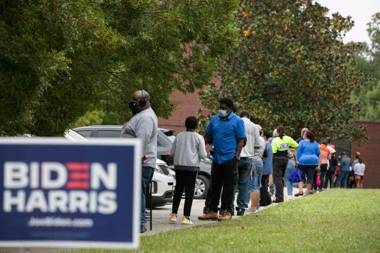 Une file d'attente lors du premier jour du vote anticipé à Atlanta, en Georgie