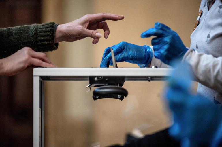 Des électeurs dans un bureau de vote (image d'illustration)