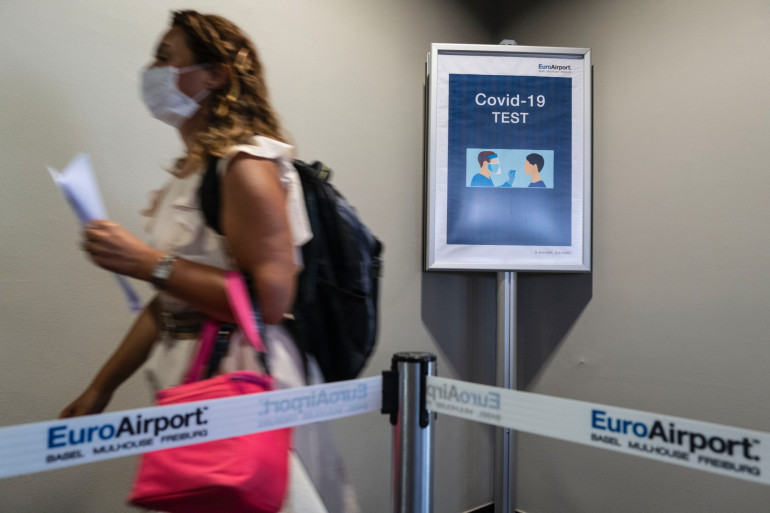 Illustration d'une voyageuse portant un masque à l'aéroport de Bâle-Mulhouse