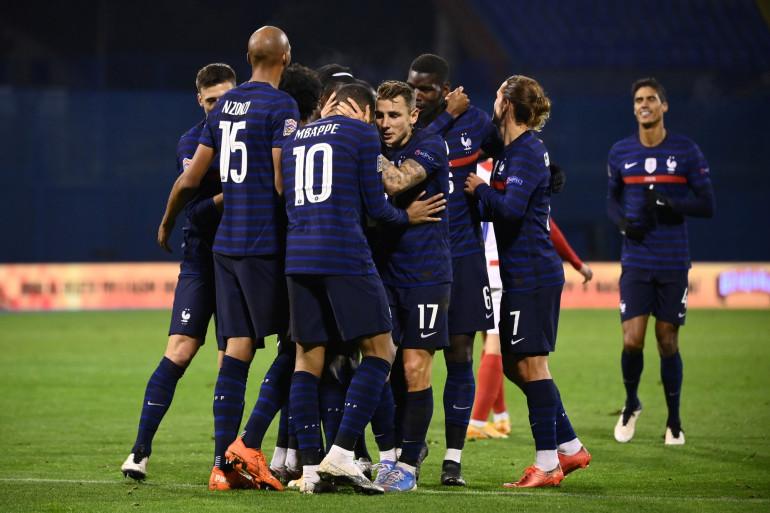 L'équipe de France de football, célébrant sa victoire contre la Croatie à Zagreb le 14 octobre 2020