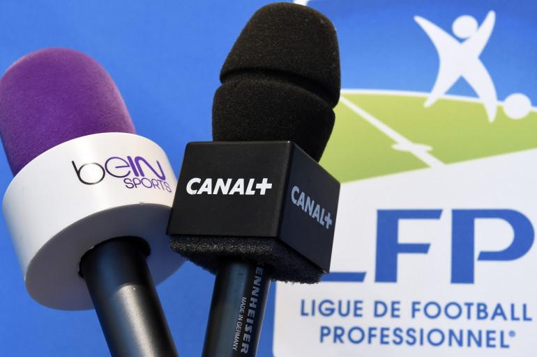 Des micros de BeIn Sports et Canal+ le 4 avril 2014 à Paris