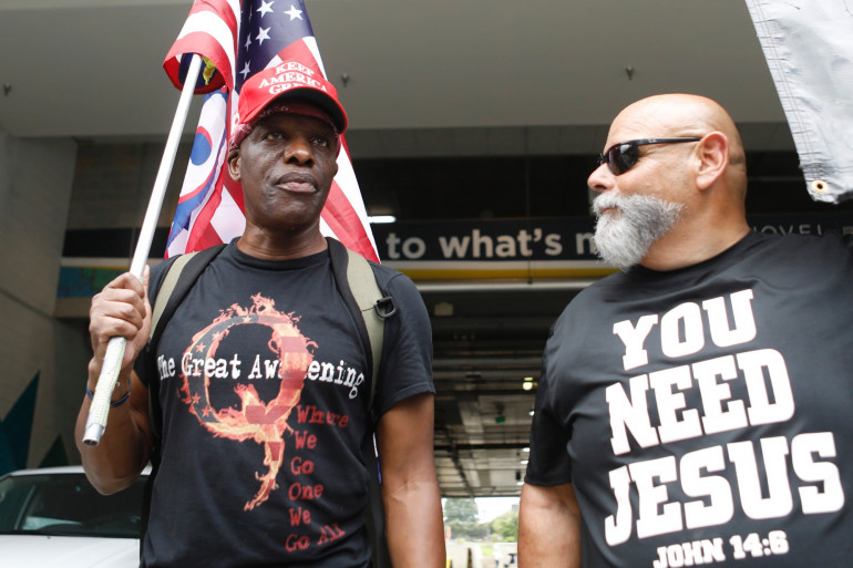 Des militants QAnon à la convention républicaine, le 24 août.