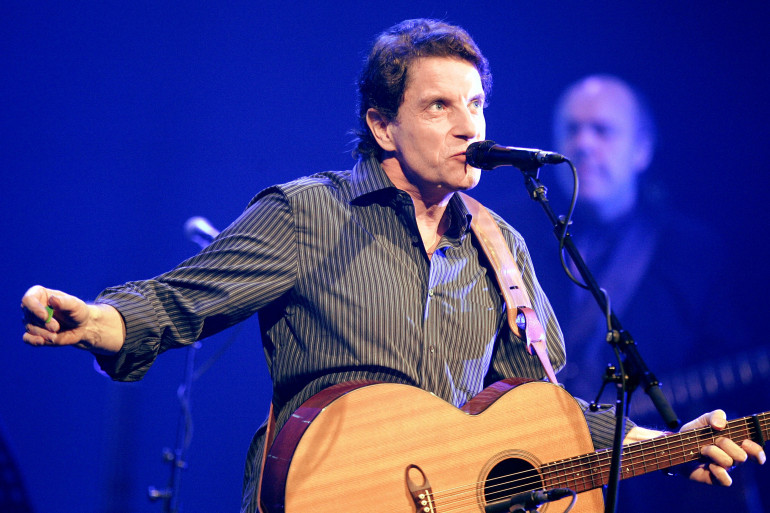 Francis Cabrel se produit sur la scène du Casino de Paris, le 02 novembre 2004