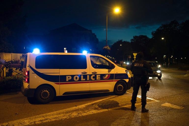 Des policiers français montent la garde dans une rue d'Eragny le 16 octobre 2020, où un assaillant a été abattu par des policiers après avoir décapité un homme plus tôt le même jour à Conflans-Sainte-Honorine.