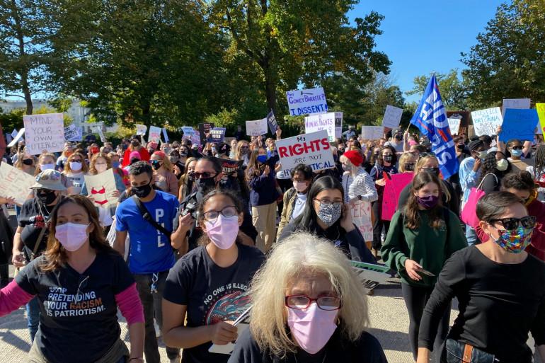 Des milliers de femmes ont manifesté contre Donald Trump, aux États-Unis samedi 17 octobre 2020.