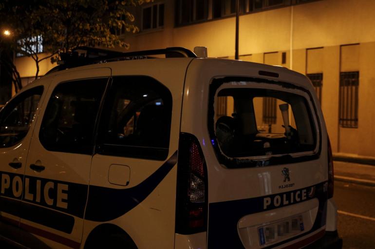 Une voiture de police la nuit (illustration)