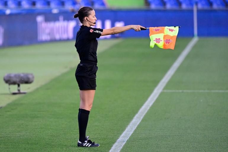 Une femme arbitre, pendant un match de football (illustration)
