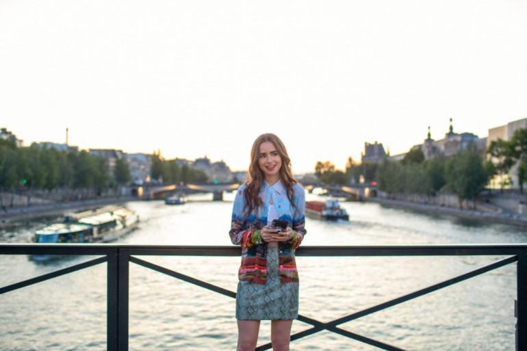 Emily Cooper (Lily Collins) profitant de sa vie parisienne
