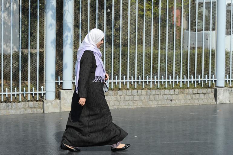 Une femme voilée dans la rue (illustration)
