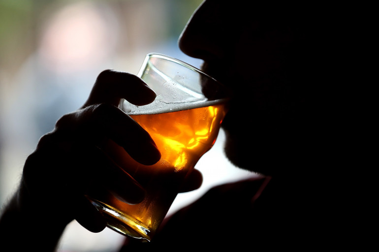 Un homme boit une bière à Santa Rosa, en Californie, le 7 février 2014 (image d'illustration)