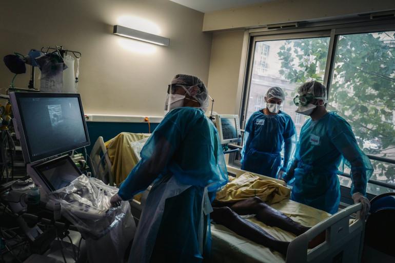 Des soignants en train de prendre en charge un patient infecté par la Covid-19 (illustration)