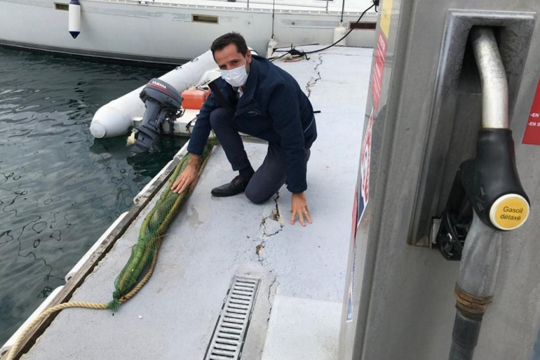 Cyril Grimal, directeur adjoint du port de Cavalaire-sur-Mer, où sont testés les boudins de cheveux.