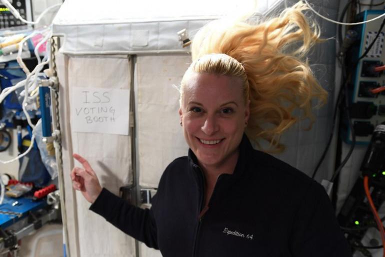 L'astronaute américaine Kate Rubins devant la cabine de vote de l'ISS