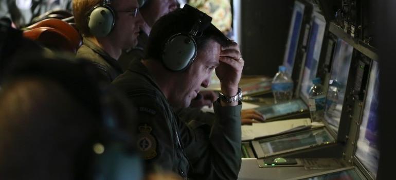 Des soldats australiens scrutent des images de l'océan à la recherches de traces de l'avion de la Malaysia Airlines, le 4 avril 2014