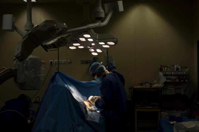 Un chirurgien pratique une opération (illustration)
