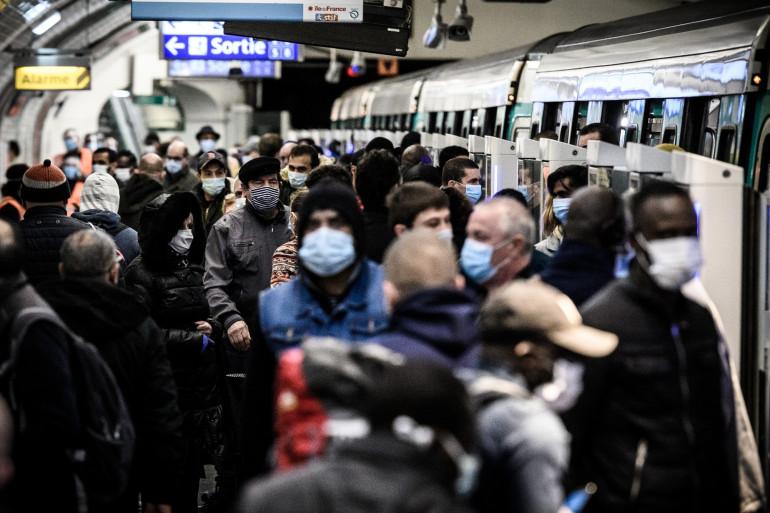 Les transports en commun font le plein à l'heure de pointe en région parisienne.