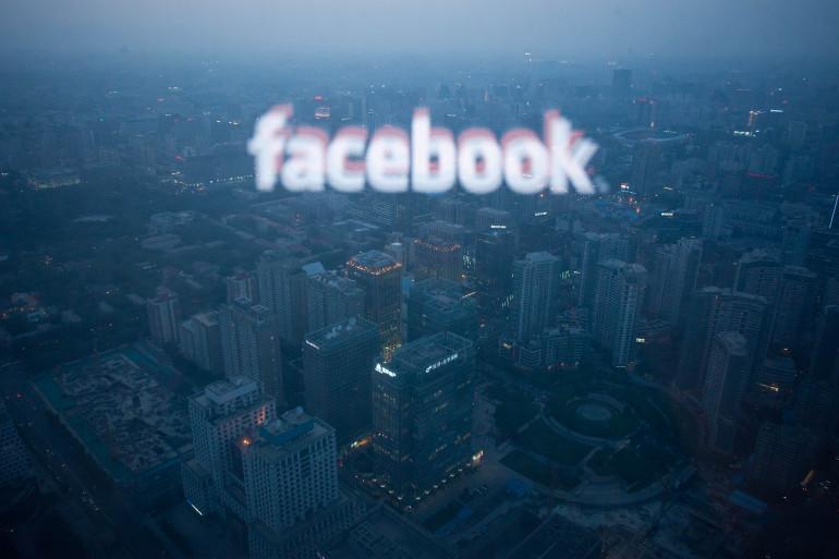 La prochaine mise à jour de Facebook comportera une nouvelle fonction, proche de Shazam. Logo Facebook sur un bâtiment de Pékin, le 16 mai 2012 (archives)