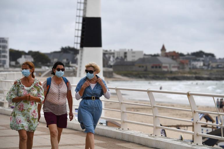 Des femmes masquées sur une place de Quiberon (Bretagne) en juillet 2020