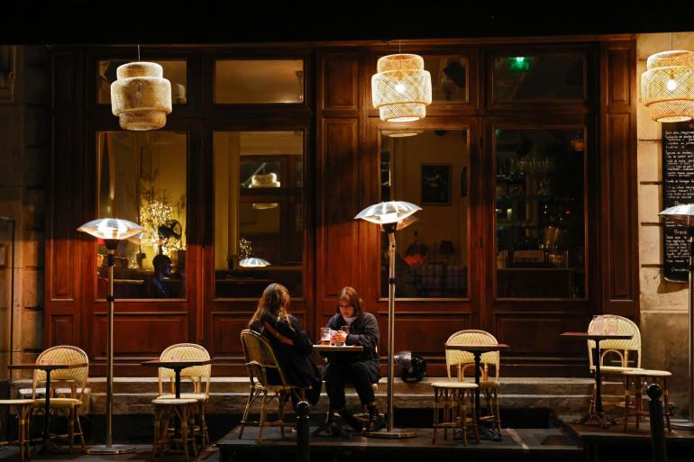 Deux femmes prennent un verre sur la terrasse d'un restaurant parisien le 6 octobre 2020.