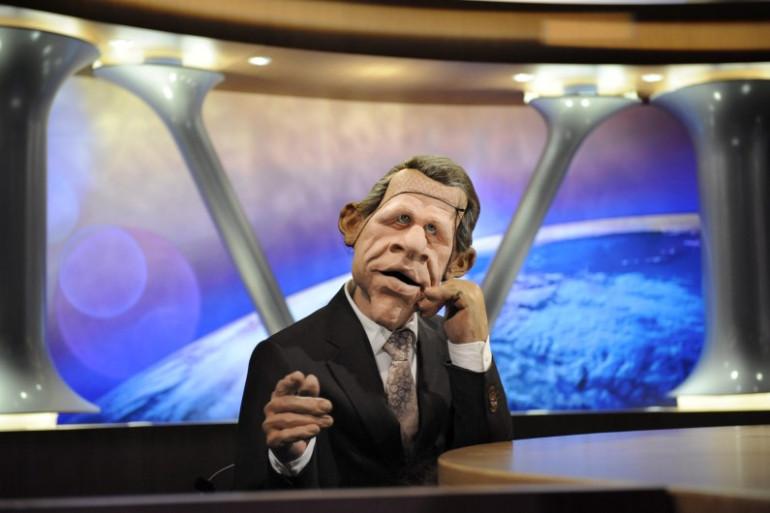 """La marionnette de Patrick Poivre d'Arvor est installée sur le plateau des """"Guignols de l'Info"""", le 11 février 2009 (archives)"""