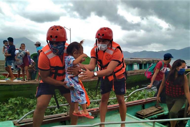 Des secouristes philippins en train d'évacuer des résidents à Buhi, le 31 octobre 2020.