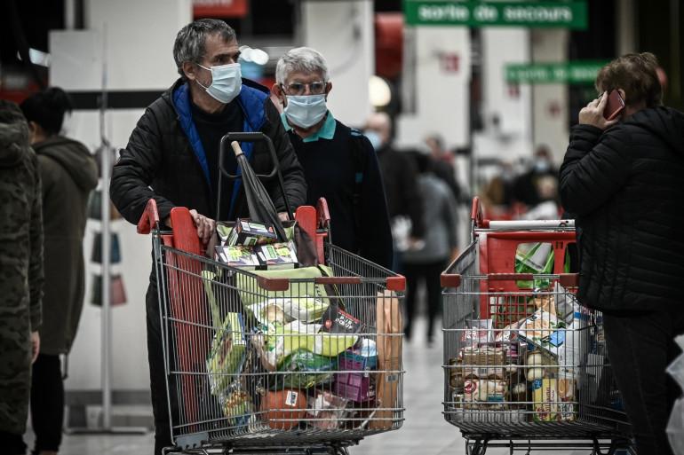 Des clients font leurs courses dans un supermarché à Bordeaux le 27 octobre 2020